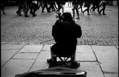 Les gens passent, et le prélude demeure (Rachelnazou) Tags: caffenol blackwhite minolta fomapan film analog argentique