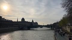 Paris 031. (Joanbrebo) Tags: iphonex iphone365 paris streetscenes people gent gente river riu rio fleuve seine pontdarcole france