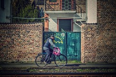Radfahrer... (hobbit68) Tags: frankfurt fechenheim fahren fahrrad bike wall mauer einfahrt tor windows fenster