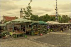 Viktualienmarkt Munich (Heinze Detlef) Tags: markt viktualienmarkt munich blumen exotischefrüchte wild geflügel gewürze käse fisch säfte münchen stände himmel wolken