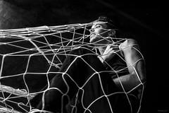En la red (Soledad Bezanilla) Tags: onthenet enlared instantes momentos luz light arte art fotografia photography soledadbezanilla canoneos7d vida life profundidaddecampo lowkey