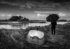 Tregor sous la pluie (eric_marchand_35) Tags: plougrescant bretagne france pluie rain umbrella parapluie bateau boat sea mer ocean cotedegraniterose armor tregor 22