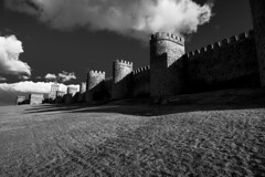 Muralla de Ávila II (fffrancis) Tags: nikon d810 sigma2435mmf20 art bn blancoynegro nubes cielo muralla ávila castillaleón españa spain marzo 2018 fffrancis
