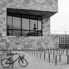 Goethe-Universität Frankfurt am Main - Campus Westend (Ralph Pascher) Tags: spiegelung stadt frankfurt bw fernsehturm uni fahrrad fenster