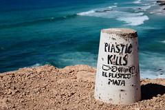 el plastico mata (Rasande Tyskar) Tags: fuerteventura canaryislands canarias islas plastic plastico mata plastik tötet protest micropartikel kills mikro partikel müll pollution micro polución particals perticle verschmutzung umwelt enviroment