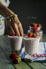 Smoothie de fresa y coco (Ivannia E) Tags: smoothie stilllife strawberries beverage drink cocktail fruits fresas refrescante refreshing delicious handsinframe foodphotography alimentos onthetable