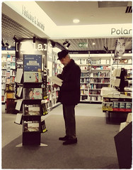 Vais-je l acheter ? (busylvie) Tags: intérieur librairie rayons livres choix homme chapeau lecture