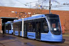 Bei der ersten Inbetriebsetzung nach der Abladung lässt sich sogar die Sonne blicken: Das TZ-Gespann 2701 und 2751 rangiert im Betriebshof 2 (Frederik Buchleitner) Tags: 2701 2751 anlieferung avenio betriebshof betriebshof2 doppeltraktion mvg munich münchen siemens strasenbahn streetcar twagen t2 t3 tram trambahn