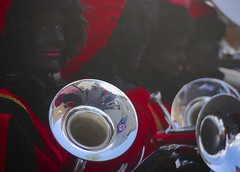 TRAditie. (WaRMoezenierr.) Tags: tradition traditie sinterklaas feest zwarte piet red rood rojo roos muziek music femme vrouw women mujer ouddorp zuid holland nederland netherlands holanda panasonic lumix lips lippen schmink body paint zwart negro black schwarz