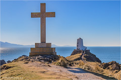 The Plain Cross and Lighthouse of Llanddwyn Island, Anglesey (Fermat 48) Tags: plaincross twrmawr stdwynwenscross anglesey northwales llanddwynisland twrbach beacon canon eos camera 7dmarkii lighthouse