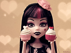 Laura ♥ (♥ MarildaHungria ♥) Tags: draculaura monsterhigh mh mattel doll vampire cupcake sweet pink kawaii cute