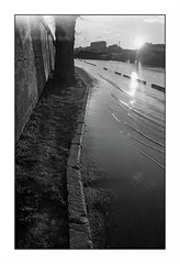Paris (Punkrocker*) Tags: nikon f2 sb nikkor 35mm 352 film ilford pan 400 nb bwfp river flood paris seine banks city france