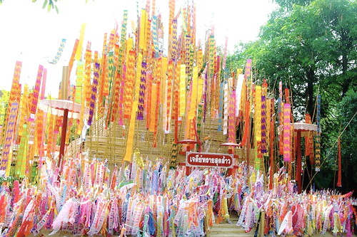 Wat Jedlin Builds Enormous Sand Pagoda for Songkran Festival!