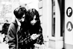 Couple. Manhattan (velocityzen) Tags: 50mm lensculture kodak400tmax nokton street bandw r3a film bessa filmaintdead voigtlander bw f11 iso400 newyork blackandwhite kodak