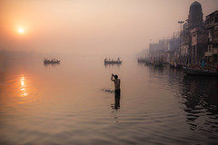 Sunrise Mathura (daniele romagnoli - Tanks for 25 million views) Tags: india alba mathura fiume river sunrise romagnolidaniele foschia atmosfera barche barca cielo sky acqua water