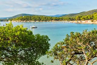 Bormes-les-mimosas-istock-bateau-et-plage-et-baraque-1L8A7963