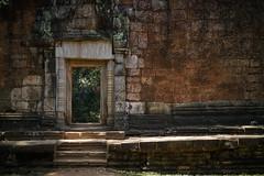 The Other Side (preze) Tags: taprohm angkor siemreapprovince kambodscha cambodia südostasien templeruin tempelruine laterit sandstein tombraidertemple ruinen tor durchgang portal gate