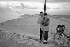 Quand on passe le Ventoux, on passe partout. (maxguitare1) Tags: noiretblanc blackandwhite cyclotourisme cycling ciclismo velo bici bike bicicleta bicyclette montagne mountain montagna montaña randonneur mochilero backpacker