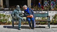 Spain: Granada statue and sitter (Henk Binnendijk) Tags: statue beeld brons andalucia andalucía andalusia granada spain espana estatuas avenidadelaconstitución art publicart sculpture