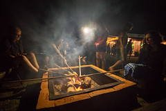 Assando o pan de palo (Ars Clicandi) Tags: brazil brasil socorro sp pedrabelavista pedra bela vista noite night sãopaulo br pan de palo pandepalo pao bread fogueira fogo fire fireplace nightshot