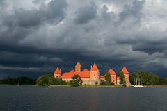 Trakai Island Castle #3 (Markus Moning) Tags: wood trees cloud sun lake brick castle water weather clouds forest island see wasser cloudy wolken insel peninsula schloss sonne wald canoneos350d baum lithuania wetter burg trakai moning lietuva litauen bewlkt halbinsel ziegelstein markusmoning newphotographer