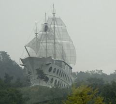 Tall ship in concrete - by yewenyi