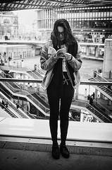 Le livre du jour (laurent.dufour.paris) Tags: 2018 24x36 3x2 40mm afternoon aprèsmidi bw candid canon darkisbetter eos5dmarkiii europe everybodystreet femmes forumdeshalles france hiver lecture livre lovesnoir monochrome noiretblanc noirshots objectifgrandangle paris portrait regardsparisiens streetphotography winter