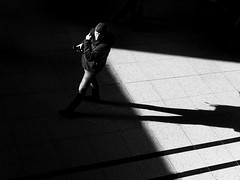 Where the f*** is she? (Leonegraph) Tags: kontrast contrast gegenlicht shadow schatten silhouette leonegraph streetphotographer streetphotography story urban spontan spontanious candid unposed human street 2018 europe germany deutschland city stadt monochrome bw blanco negro bn sw schwarz weis black white panasonicgx80 panasonic1235mmf28 mft microfourthirds hannover hanover