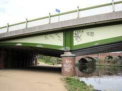 Hochliteratur / Tall Taggers (bartholmy) Tags: manchester uk brücke bridge unterführung underpass säule pillar support graffiti tags river fluss irwell geländer brückengeländer railing schild sign piktogramm pictogram fahrrad bicycle bike rad osterglocken daffodils mülleimer bin trinityway