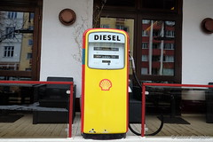 Diesel (Sockenhummel) Tags: knesebeckstrasse zapfsäüle diesel tanksäule tankstelle restaurant berlin terrasse fuji xt10 shell muschel schell