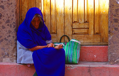 abdiquer (woolgarphilippe) Tags: femme woman mujer misère misery blue bleu azul pobre pauvre pauvreté poor poverty handicap handicape sorrow sadness tristesse solitude soledad lonelyness begger begg quêter itinérance itinérante homeless