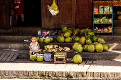 """Haló, pane, dáš si kokos?"" (zcesty) Tags: stánek laos3 kokos děti domorodci luangprabang laos dosvěta luangprabangprovince la"