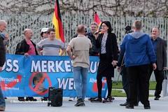 """18.04.2018 Berlin: Afd- """"Merkel muss weg""""- Mittwoch um Franz Wiese (RechercheNetzwerk.Berlin) Tags: afd merkelmusswegmittwoch franzwiese kanzleramt leylabilge syrien frauenmarsch rassismus"""
