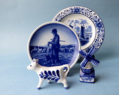 Souvenirs fron the Netherlands (diffuse) Tags: ceramic souvenir plate cow windmill netherlands blue white