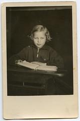 . (Kaïopai°) Tags: portrait studioaufnahme portraiture vintage pult schulbuch buch book girl mädchen school schule schulbank
