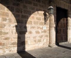 Sombras en la Plaza de la Catedral (César Vega-Lassalle) Tags: sombras shadows habana cuba olympus omd em5 lumix leicadg microfourthirds m43