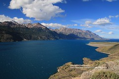 Chile Chico, Lago General Carrera (blauepics) Tags: chile patagonia patagonien landscape landschaft andes anden natur nature hills hügel berge mountains chico región de aisén panorama lake lago see general gral carrera clouds wolken water wasser rocks felsen blue blau