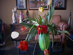 Bold tulips (Gilbert-Noël Sfeir Mont-Liban) Tags: fleurs flowers tulips tulipes vase bouquet salledeséjour livingroom interiors intérieur colours colourful couleurs maison house