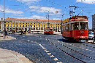 Lisbon : Praça do Comércio / Red Trams