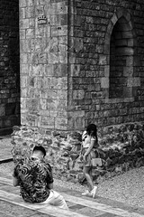 Parella 4 / Pareja / Couple (Wizard7oz) Tags: barcelona candid city life light nikon d90 people street streetlife streetphoto urban bw blackandwhite white summer architecture contrast woman man stone shadows wall