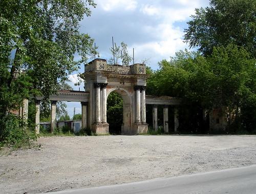 Ворота бывшего стадиона в городе Асбест ©  ayampolsky