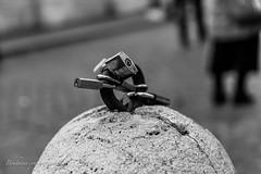 Les cadenas d'amour - Rome (Bouhsina Photography) Tags: pont chateau tibre rome bouhsina bouhsinaphotography monochrome cadenas bokeh black white bw canon 5diii 2018