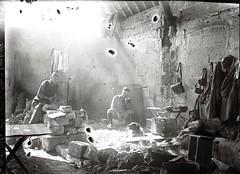 Soldats vers Soissons, 14 avril 1917 (Patrimoinephoto) Tags: première guerre mondiale ww1 1418 19141918 world war one chien ruine abri homme soldat lumière attente waiting light soldier troops