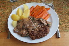 Hacksteak mit Champignonrahmsoße, Salzkartoffeln und Möhrensticks (multipel_bleiben) Tags: essen hackfleisch rindfleisch schweinefleisch typischdeutsch champignons pilze kartoffeln gemüse