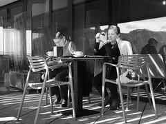 Un retoque (no sabemos cómo llamarnos) Tags: streetphotography street photoderue fotourbana fotocallejera urbanphotography couple pareja bar restaurante reflejo restaurant blancoynegro blackandwhite noiretblanc monochrome monocromático rue calle