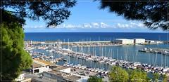 El puerto - Arenys de Mar - Barcelona (Luisa Gila Merino) Tags: yate mar agua mediterráneo arenysdemar nubes cieloazul airelibre cielo maresme maisema paisaje landscape sea costa barco espigón