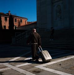 (Paysage du temps) Tags: 2018 20180414b italie italy portra400 rolleiflex venise zeissplanar80mm moine monk valise case roulettes wheels eglise church giudecca