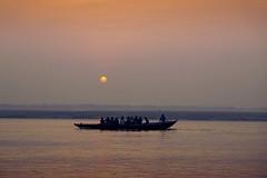 Rising sun, Gange (M. Carpentier) Tags: inde gange morning sunrise sunset boat bateau matin leverdujour leverdesoleil coucherdesoleil eau water river rivière