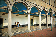 Sous l'Eglise chrétienne, Havenplein, Zierikzee, Schouwen-Duiveland, Zeelande, Nederland (claude lina) Tags: claudelina nederland hollande paysbas zeeland zierikzee zeelande arcades
