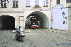 Tschechien Prag_DSC0511 (reinhard_srb) Tags: letenská auf der kleinseite prag tschechien durchfahrt strassenbahn bogen haus gleis weiche pflaster strasse verkehrsmittel öffentlich fenster laterne wand
